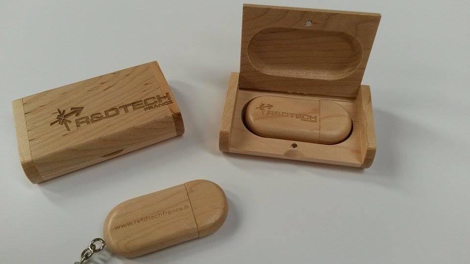 Clé USB 8Go dans sa boite personnalisée R&D Tech. Le cadeaux idéal pour vos clients !